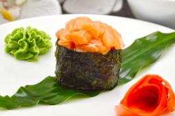 Гункан з лососем (65г)