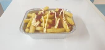 Vaschette patatine con ketchup e maionese