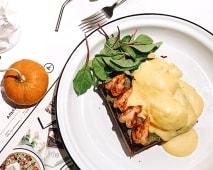 Бріош з креветками та яйцями пашот