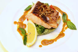 Філе лосося з бузковим пюре та шпинатом (350г)