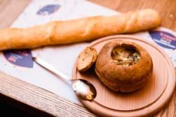 Картопляний суп зі смаженими грибами та трюфельною пастою