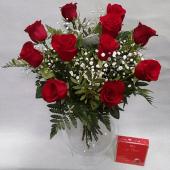 12 rosas rojas con bombones y jarrón de cristal