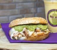 Bagel guacamole & chicken