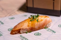 Nigiri salmón flambeado