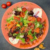 Фірмовій салат з лососем та авокадо (300г)