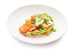 Авокадо тост з лососем гравлакс та яйцем пашот