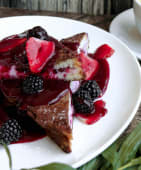 French toast con berries y ricotta