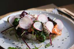 Тост з лососем, крем-сиром та редисом