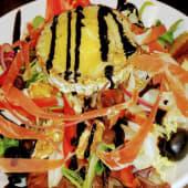 Ensalada con queso de cabra y virutas de jamón