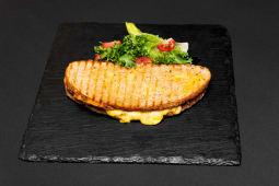 Сендвіч з двома видами сиру, в'яленими томатами та чері