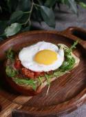Тост з курочкою, яєчнею і томатної сальсою (250г)