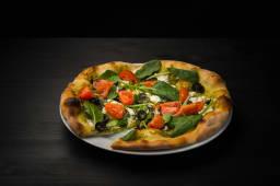 Pizza cu pesto de busuioc și branză feta