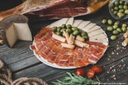 Jamón serrano, caș și măsline