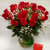 24 rosas con jarrón de cristal y bombones