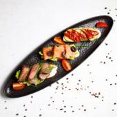 Ассорти из брускетт с лососем, с говядиной, с овощами