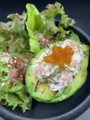 Авокадо гриль з мусом із лосося та лососевою ікрою (220г)