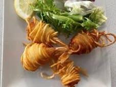 Gambas rebozadas, envuelto en patatas