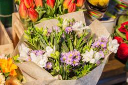 Bouquet fiori di stagione colorati