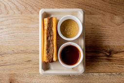 Sandwich Tostado De Costilla Melosa Con Mostaza Encurtida A La Miel