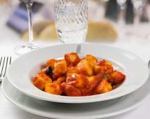 Gnocchi di patate fatti in casa al pomodoro (pomodoro, basilico)