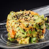 Tartar de salmón con aguacate y aderezado con soja, sriracha y chile