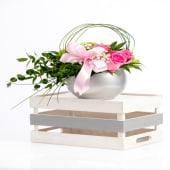 Aranjament trandafiri rose în vas de ceramică argintiu