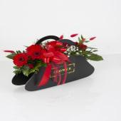Aranjament cu trandafiri red si flori roșii în cutie poșeta neagră