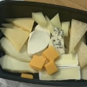 Tabla de quesos con tarrina de mermelada
