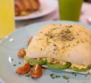 Focaccia com Ovos, Abacate e Tomate