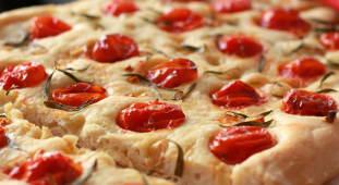 Focaccia con ajo, tomate y serrano