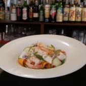 Insalata di gamberi e calamari al vapore su verdure croccanti