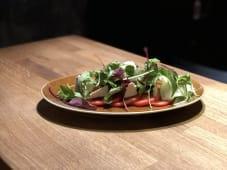 Салат овочевий з козячим сиром та бальзамічним соусом (230г)