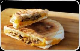 Sandwich cu ciuperci și cheddar