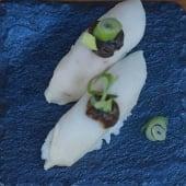 Nigiri pez mantequilla trufado y cebollino (2 uds.)