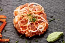 Tártaro de salmão, atum, tiras de alho francês e molho sriracha.