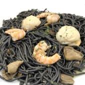 Fideos negros con langostinos, vieiras y setas