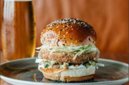 Vegetarijanski falafel burger sa pomfritom