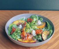 Салат з форелю, крем-сиром та печеним запашним персиком (250г)