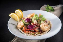Salata de quinoa cu creveti, avocado, rosii cherry si lime