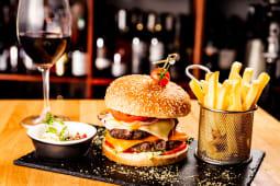 Duble beef burger + O miniatura de vin