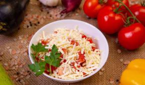 Salata rosii cu branza rasa