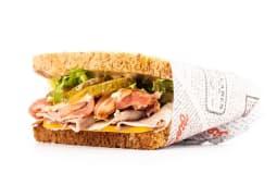Sandwichaco de pastrami, bacon y queso