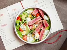 Салат з теплим тунцем, чері, авокадо та кедровими горіхами (280г)