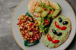 Тартин с авокадо, моцареллой и лососем