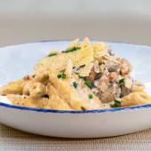 Rigatoni con longaniza, setas y parmesano