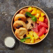 Боул з сирниками та фруктами (430г)
