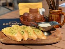 Чесночный багет с соусом тартар (130 гр.)