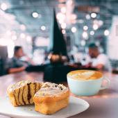 Cafea Tall & Ruladă cu scorțișoară