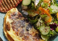 Omleta cu parmezan, ciuperci, bacon si salata asortata