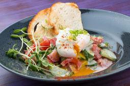 Домашній салат зі сметаною та яйцем пашот (320/50г)